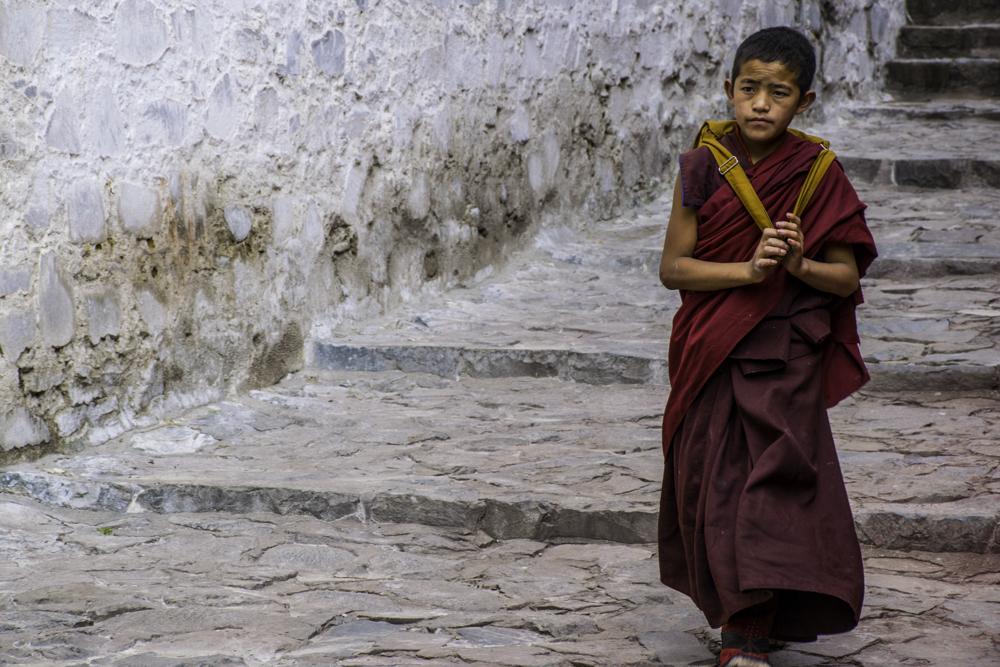 Тибетский монах в монастыре Ташилунгпо, туры в Тибет