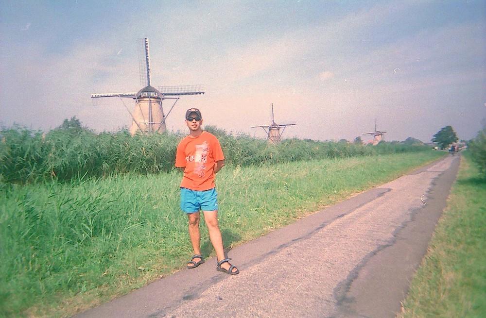 алматинский путешественник Андрей Гундарев (Алмазов) в Киндердейке, Нидерланды