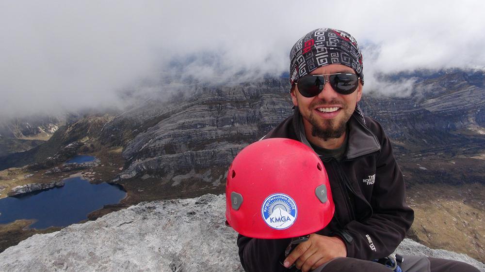 горный гид Андрей Гундарев (Алмазов) на вершине Ngga Pulu (4862м)