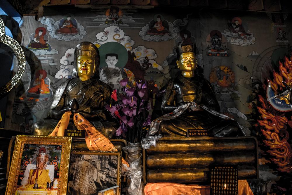 Восточный Тибет, монастырь Пангпхуг, статуи Гампопы и Первого Кармапы