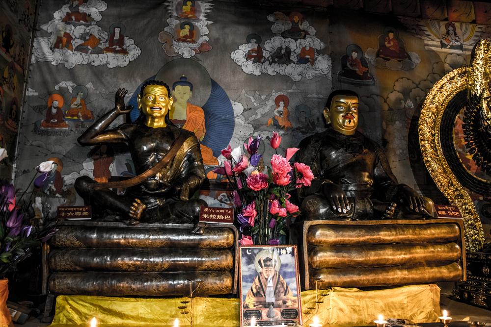 Восточный Тибет, монастырь Пангпхуг, статуи Миларепы и Марпы