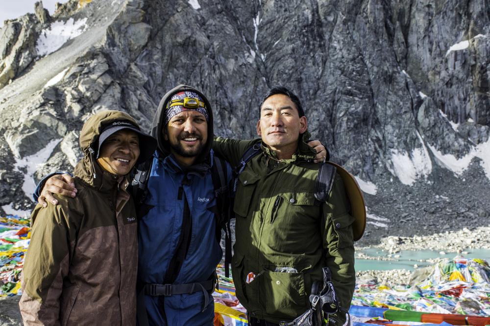 горный гид Андрей Гундарев (Алмазов) с группой на коре вокруг Кайласа, туры в Тибет