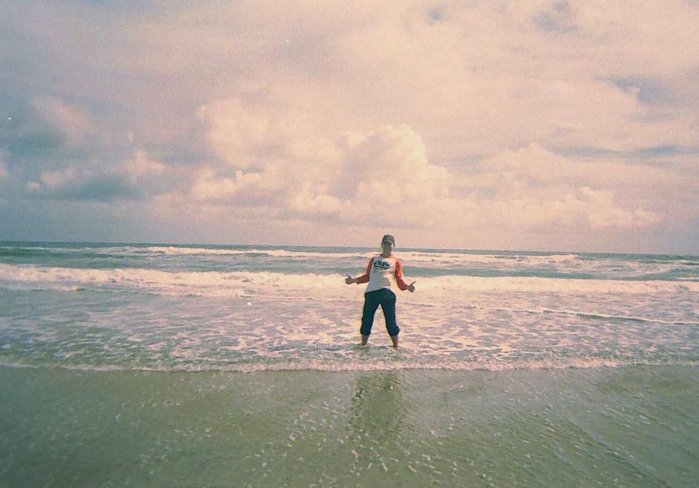 алматинский путешественник Андрей Гундарев (Алмазов) в Нидерландах на берегу Северного Моря