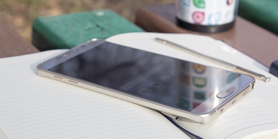 Скажу сразу, Note 5 больше не «паровоз» сверх технологичных решений от Samsung, теперь это добротный нишевый продукт со своей уникальной особенностью. Ощущение, что Note 5 нашел себя, стал таким, каким должен быть и кажется, что больше ничего менять не нужно, почти. Благодаря линейке Note появилась целая армия приверженцев данного вида устройств. Я лично постоянно вижу владельцев Note, которые не хотят расставаться с большим экраном и удобным для них пером. И на самом деле у Note 5 просто нет конкурентов в данной нише. Фаблет был у меня на тесте всего неделю, за которую я снова привык к большому экрану, перу и обновленному-форм фактору. Об этом подробнее далее в этом обзоре. Дизайн