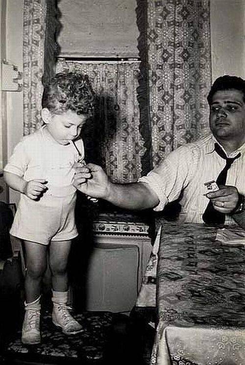 Картинка мальчика с надписью в мужчине главное взгляд остальное детали