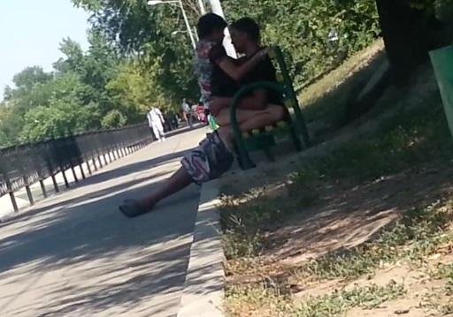 Молодые занялись сексом на скамейке в алматы