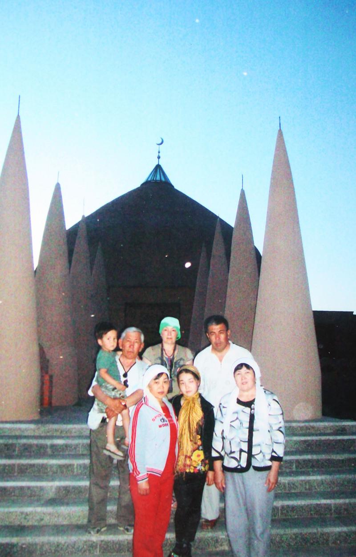 Мавзолей Төлегетай баба (ХV-XVI ғасыр), который расположен в Сырдарьинской долине Жанакорганском районе. Төлегетай баба согласно генеалогическому древу, является третьим потомком Өкіреш Шала. В переднем ряду, слева направо: Анар Ертысбаева, Асыл Ертысбаева, Карлыга Абдрахманова; в последнем ряду: Камал Абдрахман с сыном Асыл-Гали, Арайлым Рахым, Габиден Абдрахман.