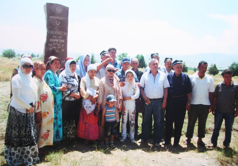 Рядом с надгробным камнем вместе сфотографировались гости из Астаны, Алматы, Талдыкоргана.