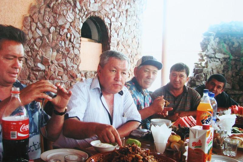 Узбекский дастархан был очень богатым. Плов, шашлык, чака, дыни-арбузы, пальчики оближешь.