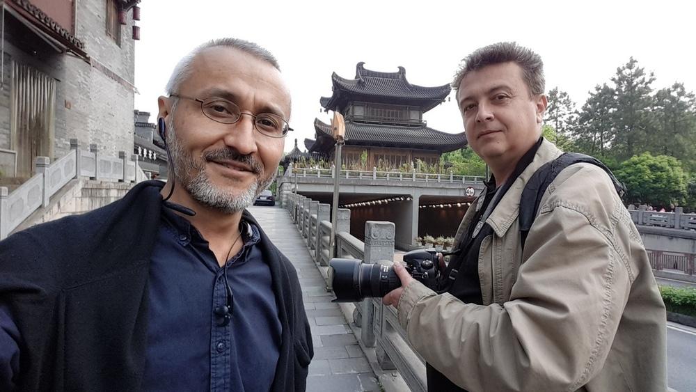 На снимке: главред Юви Рустам Ниязов и известный алматинский фотограф Максим Золотухин решили слегка так прогуляться вдоль великого канала Даюньхэ в г. Ханчжоу. Протяжённость 1782 км!