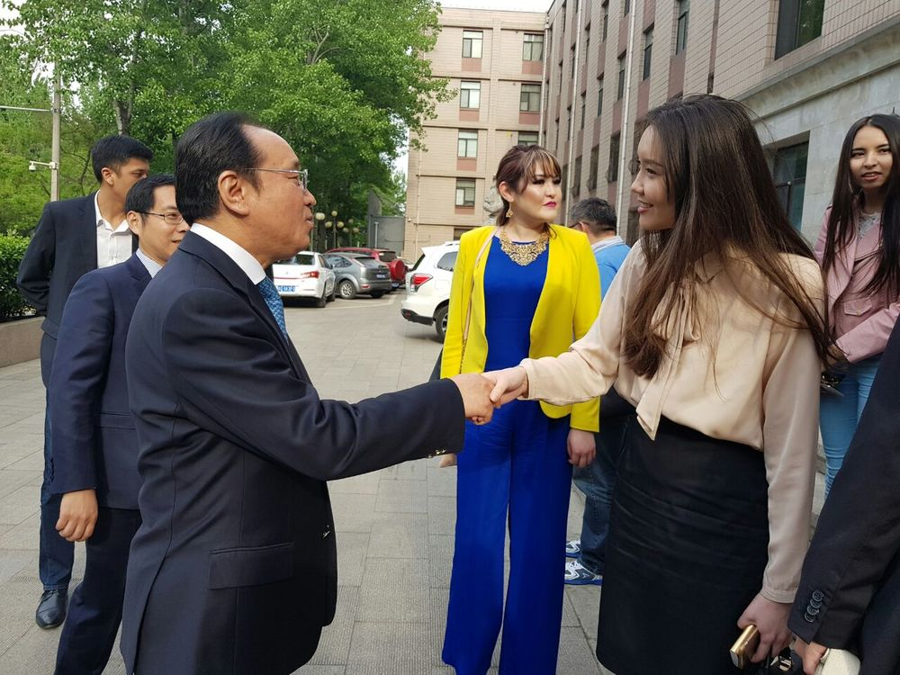 Динара Абаканова тепло приветствует руководство Китайской издательской администрации иностранных языков