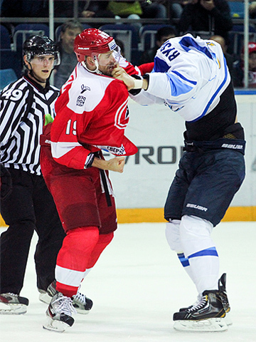 Дамир Рыспаев и Никита Комаров (фото - ХК Автомобилист)