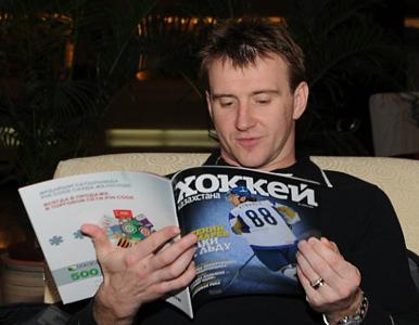 Евгений Набоков читает о хоккее в Казахстане