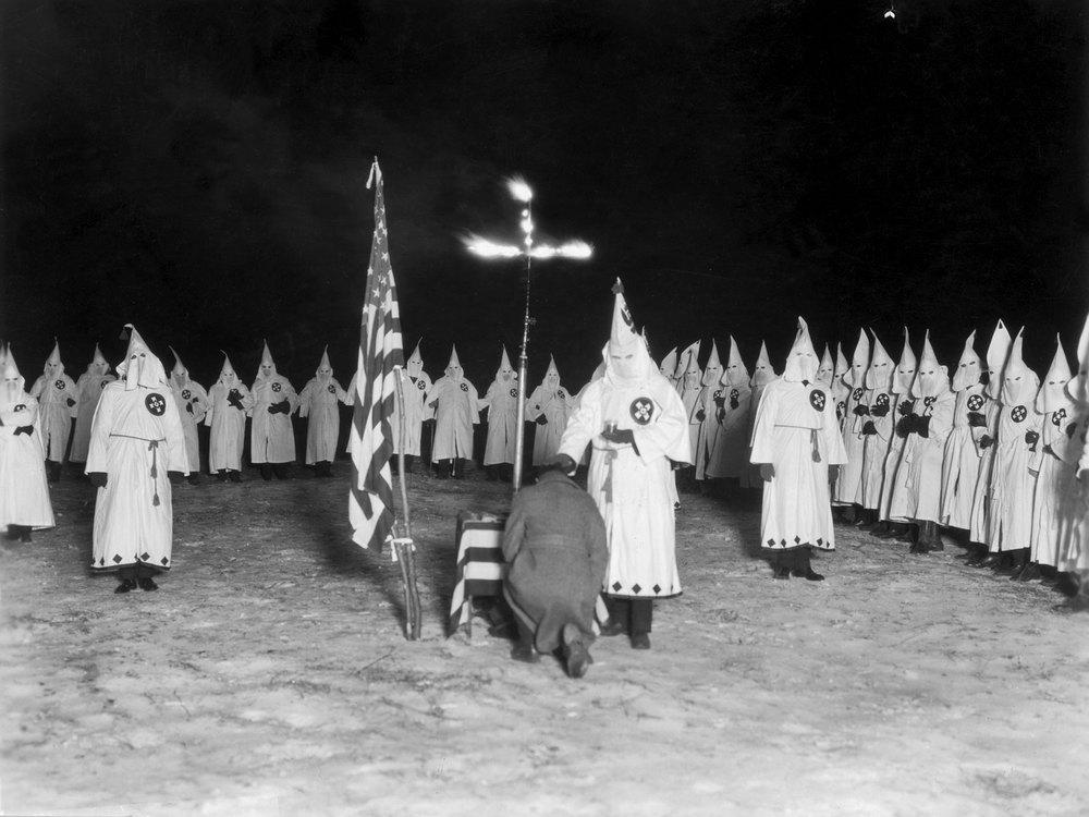 """Традиционное одеяние членов организации """"Ку-Клукс-Клан"""" - белые костюмы, состоящие из мантии, маски и конического головного убора."""