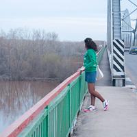 девушка на мосте